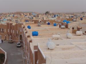Les citernes sur les toits illustrent la crise de l'eau