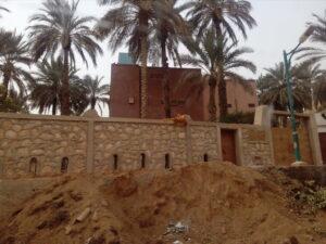 Construction dans la palmeraie et lit d'oued